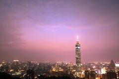 台北与Taipei101的晚上场面 免版税库存图片