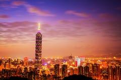 台北在日落的市地平线与著名台北101 免版税图库摄影