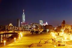 台北市与摩天大楼和在光滑的水的美好的反射夜视图由河沿的 库存照片