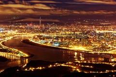 台北市空中全景在有薄雾的阴沉的夜 免版税库存照片