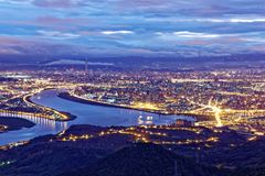 台北市空中全景在有薄雾的阴沉的夜 库存照片