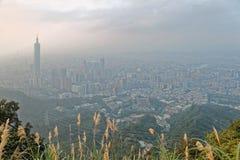 台北市空中全景有雾的黄昏的有台北大厦看法在市中心 免版税图库摄影