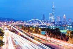 台北市Nightscape有台北101塔的在摩天大楼中在街市的信义区 免版税库存图片