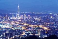 台北街市空中黄昏的全景&郊区有基隆河沿看法停放 免版税库存照片