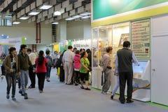 台北集邮家参观邮票展示 免版税库存图片