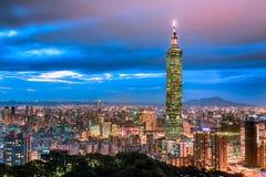 台北,台湾在微明的市地平线 库存图片