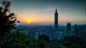 台北,台湾时间间隔在微明的市地平线 股票录像