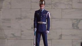 台北,台湾- 2019年5月15日:一致的卫兵的战士在中正纪念堂在台北,台湾 股票视频