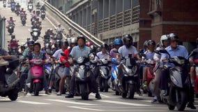 台北,台湾- 2019年5月15日:乘坐在交叉路的很多运输 汽车、公共汽车和摩托车在台北路在 股票视频