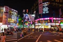 台北,台湾- 2016年5月15日:这是西门许多人民来在晚上购物我的购物区每普遍的商店地区 免版税图库摄影