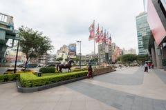 台北,台湾- 2016年11月30日:台北与交通的总台地区和马雕象在背景中 免版税库存照片