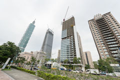 台北,台湾- 2016年11月30日:台北与101塔和大厦的商业区建设中 免版税库存照片