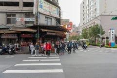 台北,台湾- 2016年11月30日:台北街在一个郊区中,区 人横渡的街道 库存照片