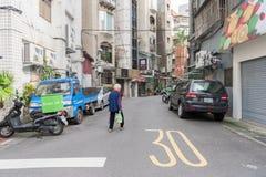 台北,台湾- 2016年11月30日:台北街在一个郊区中,区 人横渡的街道 免版税库存图片