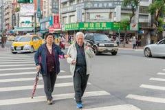 台北,台湾- 2016年11月30日:台北街在一个郊区中,区 人横渡的街道 免版税图库摄影