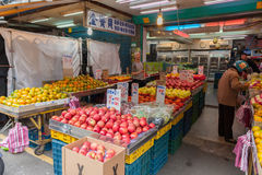 台北,台湾- 2016年11月30日:台北街在一个郊区中,区 农贸市场在台北 卖果子和Vegetabl 免版税库存图片
