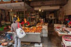 台北,台湾- 2016年11月30日:台北街在一个郊区中,区 农贸市场在台北 卖炸鸡 库存图片