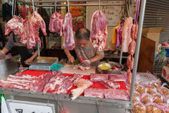台北,台湾- 2016年11月30日:台北街在一个郊区中,区 农贸市场在台北 卖肉 库存图片