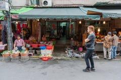 台北,台湾- 2016年11月30日:台北街在一个郊区中,区 农贸市场在台北 卖食物 免版税库存图片