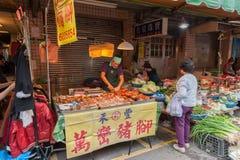 台北,台湾- 2016年11月30日:台北街在一个郊区中,区 农贸市场在台北 卖鸡 库存图片