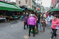 台北,台湾- 2016年11月30日:台北街在一个郊区中,区 农贸市场在台北 免版税图库摄影