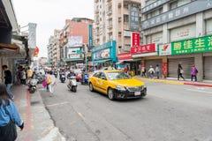 台北,台湾- 2016年11月30日:台北街在一个郊区中,区 出租汽车汽车和滑行车 免版税库存图片