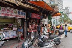 台北,台湾- 2016年11月30日:台北街在一个郊区中,区 卖食物的人们 肉,报纸 库存照片