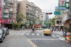 台北,台湾- 2016年11月30日:台北街在一个郊区中,区 商店和人们 结构上美好的蓝色房子生活绘了红色解决方法 库存照片