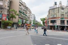 台北,台湾- 2016年11月30日:台北街在一个郊区中,区 穿过街道的人们 免版税库存图片
