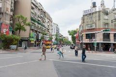 台北,台湾- 2016年11月30日:台北街在一个郊区中,区 穿过街道的人们 库存照片
