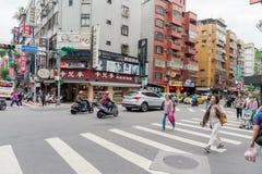 台北,台湾- 2016年11月30日:台北街在一个郊区中,区 穿过街道的人们 免版税库存照片