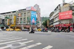 台北,台湾- 2016年11月30日:台北街在一个郊区中,区 穿过街道的滑行车 库存图片