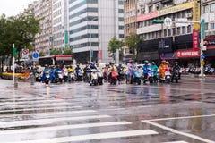 台北,台湾- 10月8,2017 :在一个连接点的摩托车等待在高峰时间去运作 库存图片