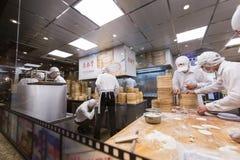 台北, TIWAN - 10月8,2017 :职员准备原材料做早餐在滑山市场上 图库摄影