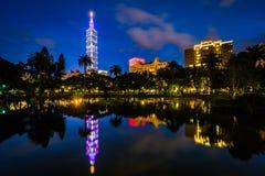 台北101和中山公园的一个湖在晚上,在信益中, Taip 免版税库存照片
