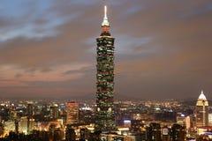 台北101摩天大楼在台湾在晚上 免版税库存图片