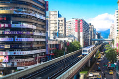 台北MRT火车和街道视图。 免版税库存图片