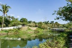 台南,台湾11月17日2017年:秀丽视图、蓝天和绿色树在白色教会为旅游业和照片射击停放 免版税库存图片