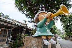 台南,台湾- 11月24,2017 :打击垫铁女孩雕象 库存照片