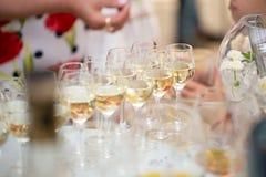 台式充分杯闪耀的白葡萄酒 酒精饮料传播敬酒在结婚宴会的庆祝的 库存图片