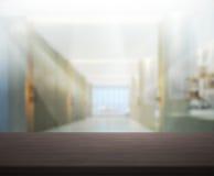 台式和迷离办公室背景 免版税库存图片