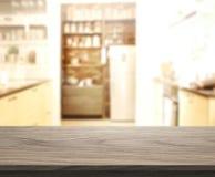 台式和迷离背景厨房室  免版税库存照片