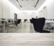 台式有被弄脏的办公室工作空间内部背景 免版税库存照片