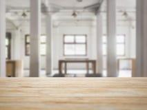 台式柜台有内部顶楼空间背景 免版税图库摄影