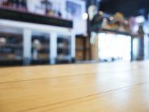 台式柜台有迷离酒吧架子背景 免版税图库摄影