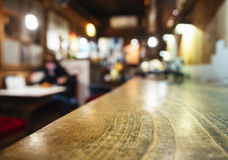 台式柜台酒吧与人的餐馆背景 免版税库存照片
