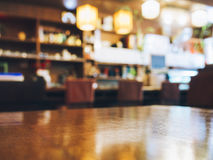 台式柜台酒吧有被弄脏的餐馆背景 免版税库存照片