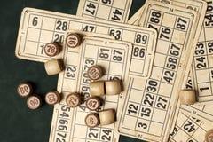 台式游戏机宾果游戏 与袋子的木乐透纸牌桶,乐透纸牌比赛的,家庭的比赛纸牌 免版税库存图片