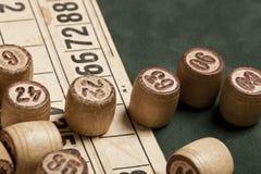 台式游戏机宾果游戏 与袋子的木乐透纸牌桶,乐透纸牌比赛的,家庭的比赛纸牌 库存照片