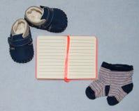 台式视图装饰童鞋衣裳笔记本和玩具 平的位置, 库存照片